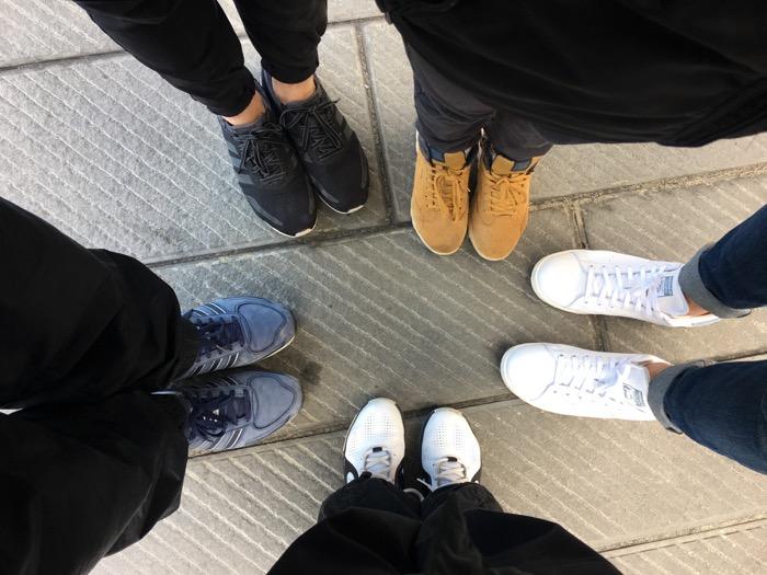 I-piedi-di-noi-cinque-in-cerchio.jpg