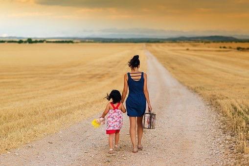 Madre-e-figlia-in-cammino-fra-i-campi.jpg