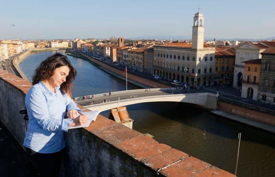 Scrivo-sulla-terrazza-lungarno-a-Pisa.jpg